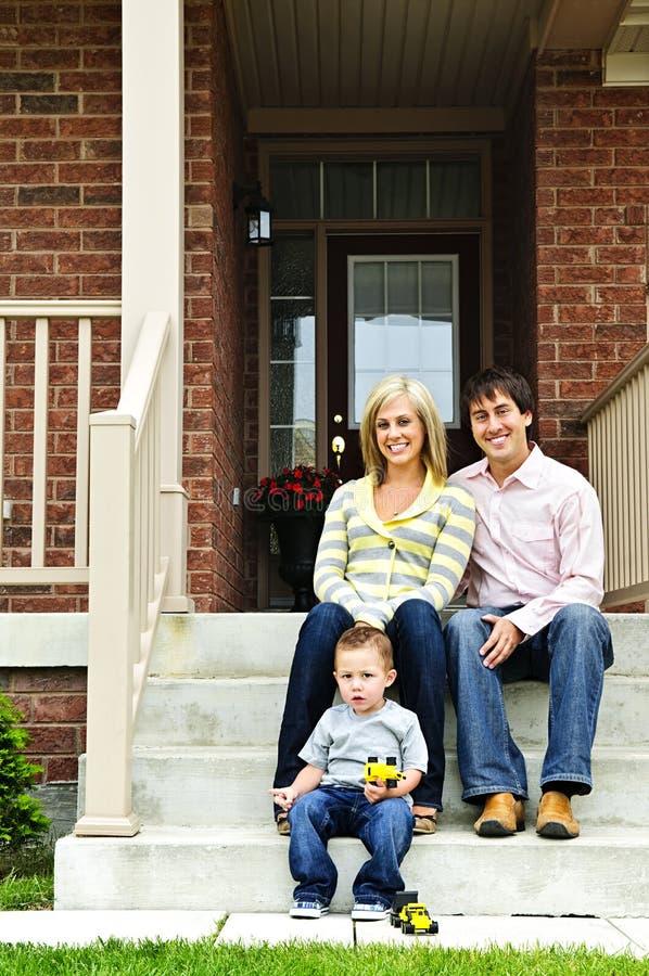 Famille heureuse à la maison image stock