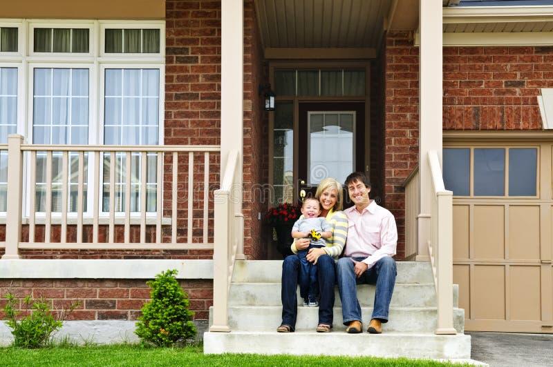 Famille heureuse à la maison image libre de droits