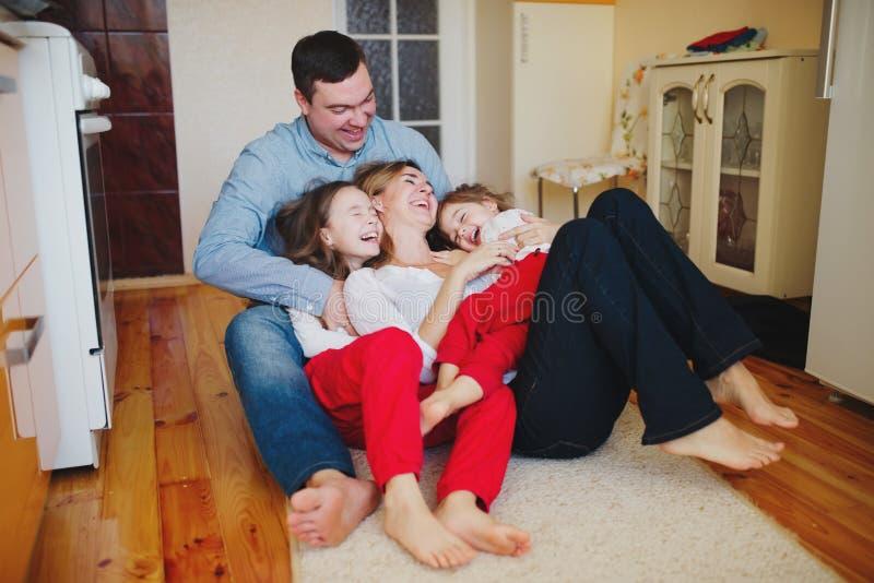 Famille heureuse à la maison sur le plancher photos libres de droits