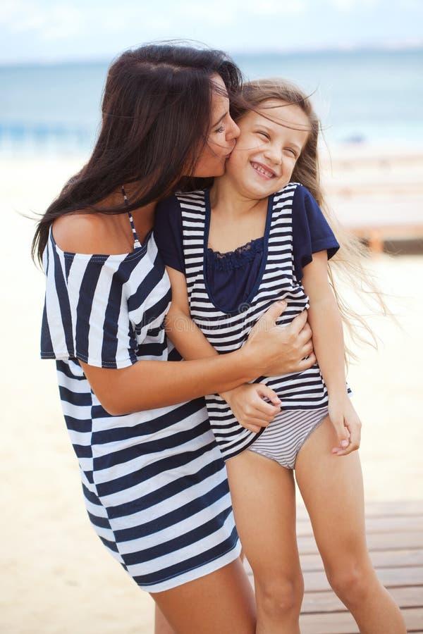 Famille heureuse à la plage photos stock