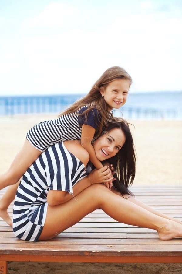 Famille heureuse à la plage photographie stock libre de droits