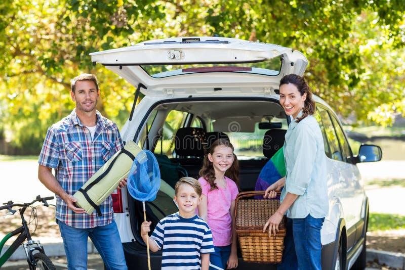 Famille heureuse étant prête pour le voyage par la route photos stock