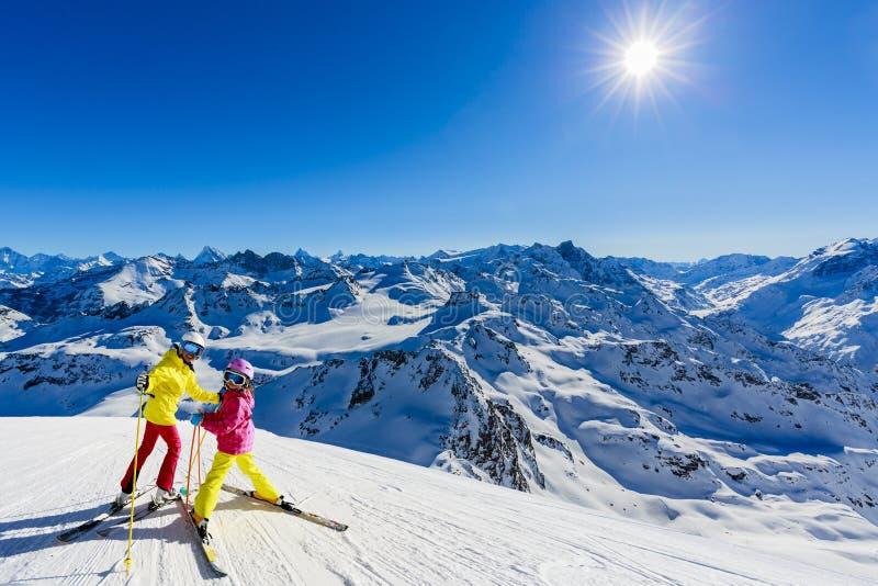 Famille heureuse appréciant des vacances d'hiver en montagnes photographie stock libre de droits