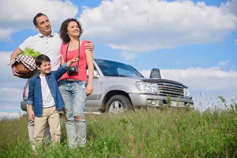 Famille heureuse appréciant des vacances de voyage par la route et d'été image stock