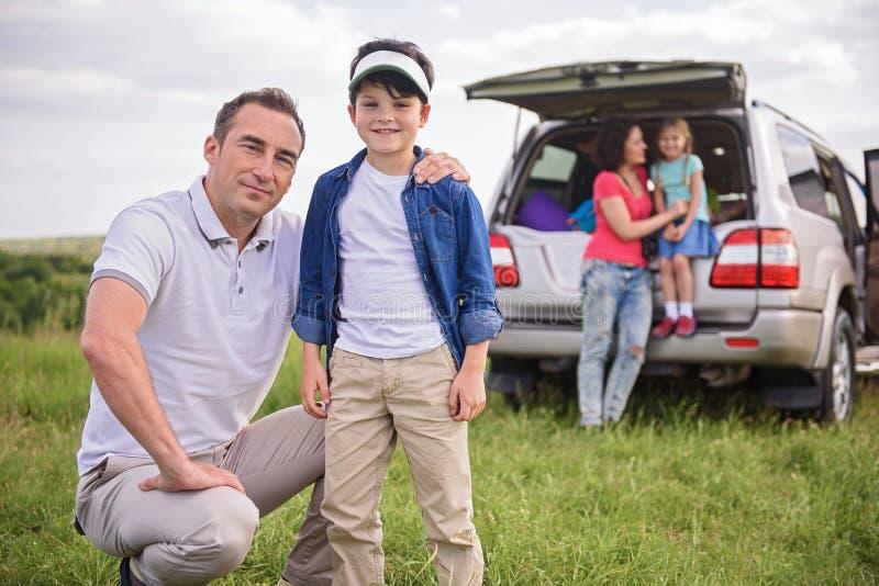 Famille heureuse appréciant des vacances de voyage par la route et d'été image libre de droits