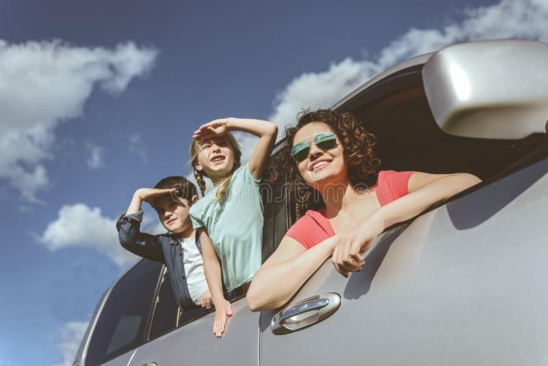 Famille heureuse appréciant la vue de la nature de l'automobile privée images libres de droits
