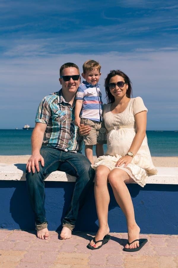 Famille heureuse appréciant le jour ensoleillé sur la côte en Espagne photos libres de droits