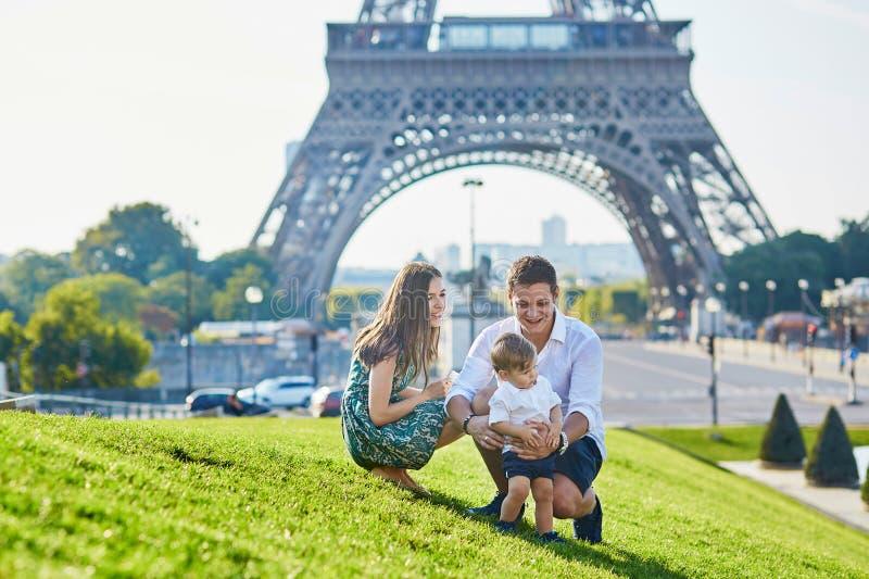 Famille heureuse appréciant leurs vacances à Paris, France images stock