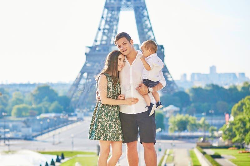 Famille heureuse appréciant leurs vacances à Paris, France photo libre de droits