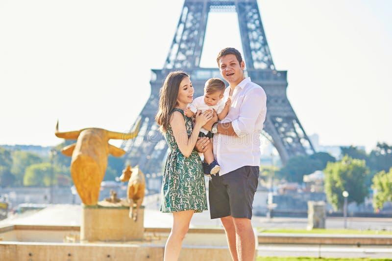 Famille heureuse appréciant leurs vacances à Paris, France photographie stock libre de droits