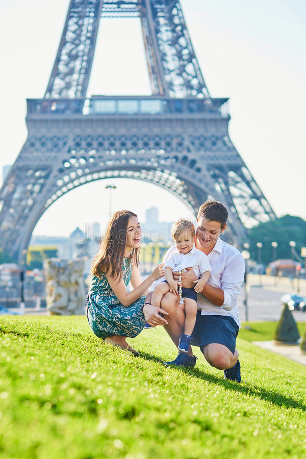 Famille heureuse appréciant leurs vacances à Paris, France photo stock