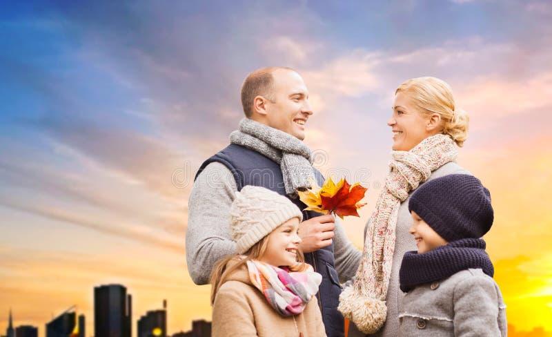 Famille heureuse au-dessus de coucher du soleil dans la ville de Tallinn en automne image libre de droits