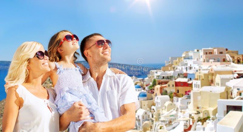 Famille heureuse au-dessus de fond d'île de santorini photographie stock