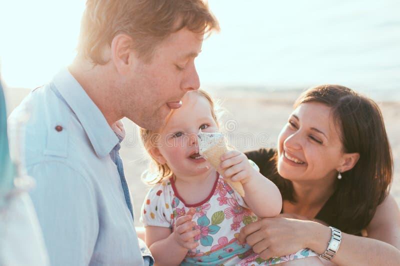 Famille heureuse aux vacances d'été photographie stock libre de droits