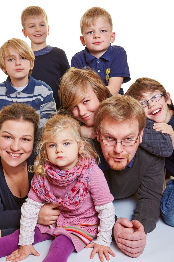 Famille heureuse avec beaucoup d'enfants images stock