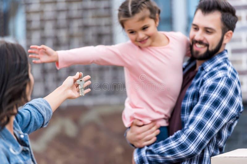 famille heureuse avec des clés entrant dans photos libres de droits