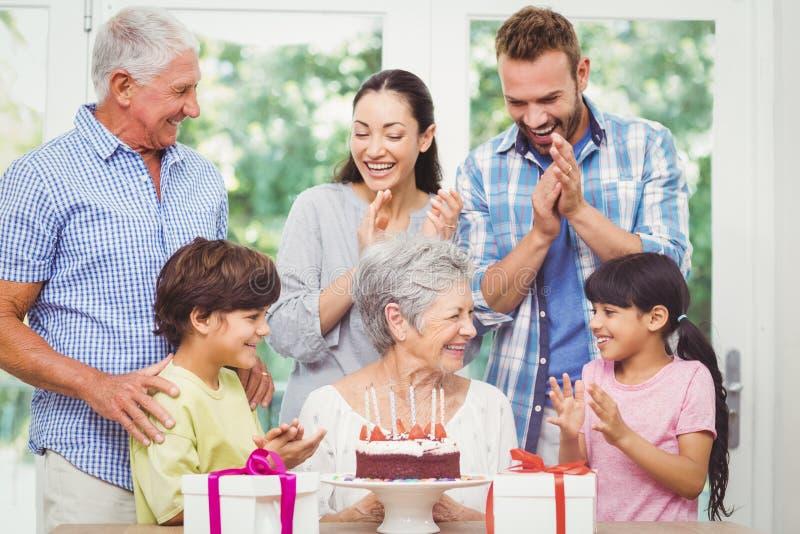 Famille heureuse avec des grands-parents pendant la fête d'anniversaire photos stock