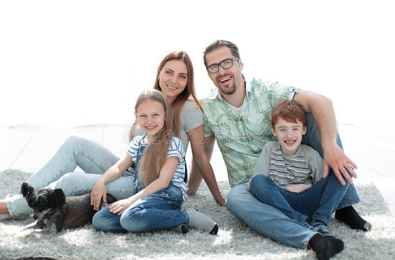 Famille heureuse avec deux enfants et un chien image stock