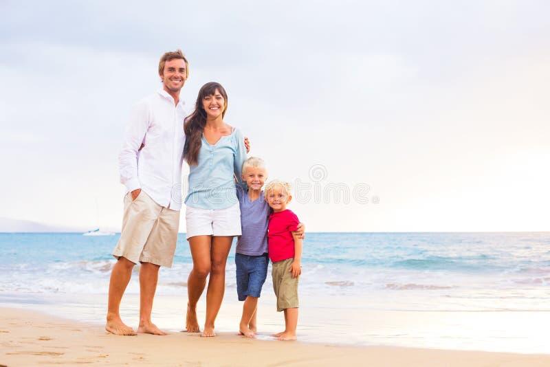 Famille heureuse avec deux jeunes garçons images stock