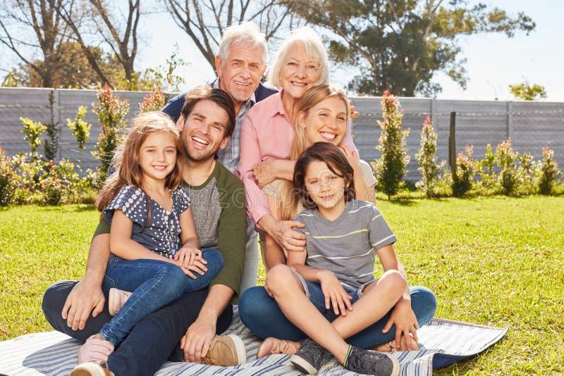 Famille heureuse avec enfants et grands-parents photos stock