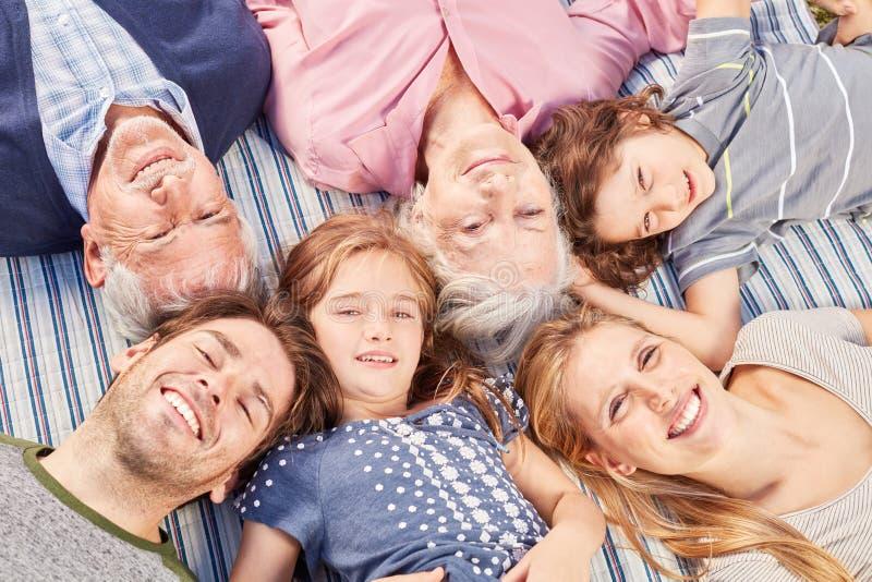 Famille heureuse avec enfants et grands-parents images libres de droits