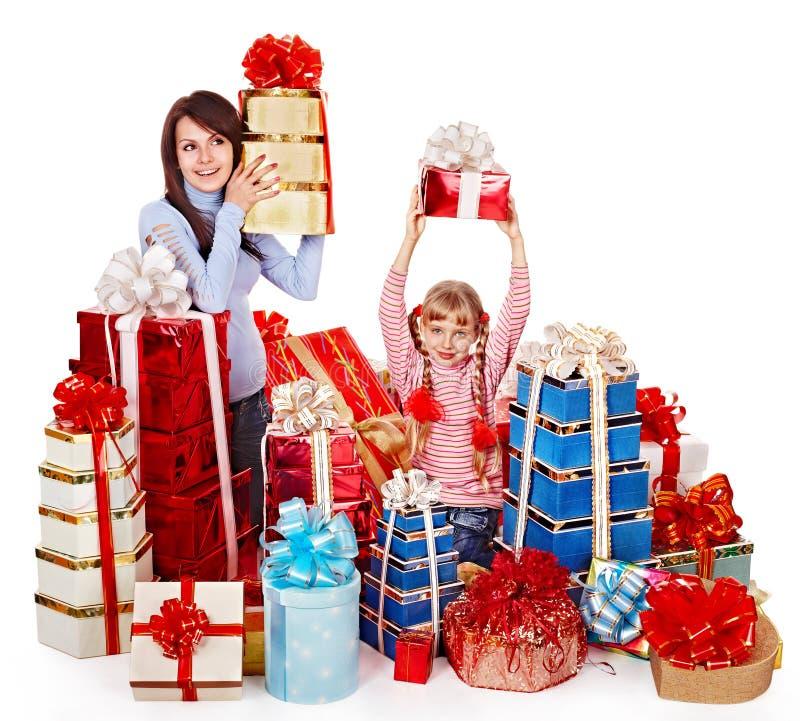 Famille heureuse avec l'enfant et le boîte-cadeau de groupe. photos libres de droits