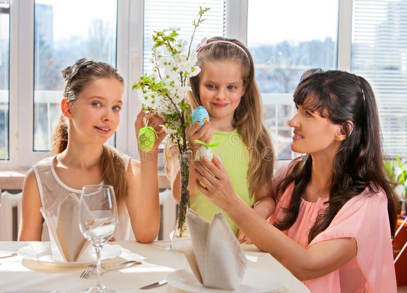 Famille heureuse avec l'oeuf de pâques de coup d'enfant photographie stock libre de droits