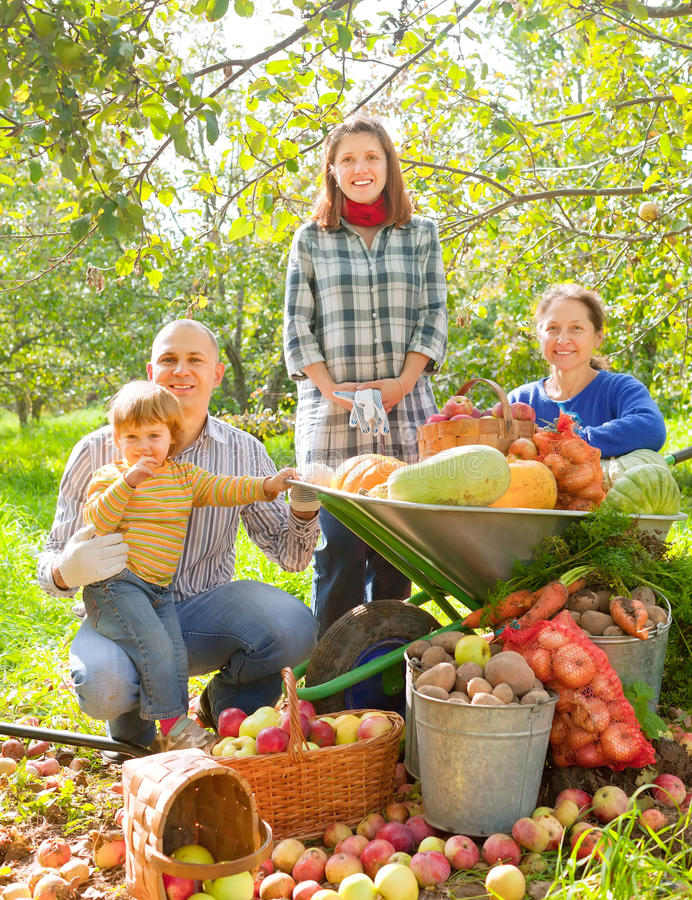 Famille heureuse avec la récolte de légumes photo libre de droits