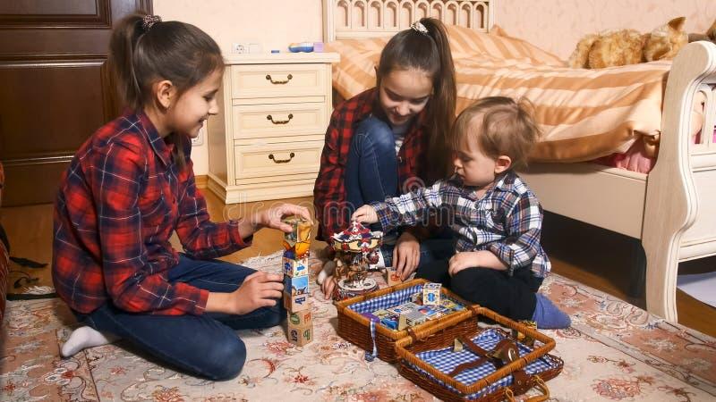 Famille heureuse avec le garçon d'enfant en bas âge jouant avec des jouets photos libres de droits