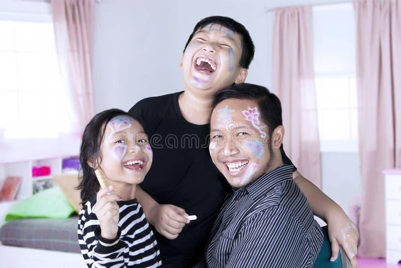 Famille heureuse avec le visage peint images libres de droits