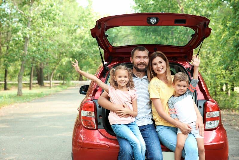 Famille heureuse avec les enfants et la voiture, dehors photographie stock