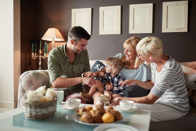 Famille heureuse avec peu de grand-maman de visite de fille image stock