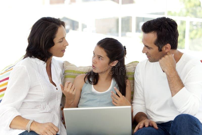 Famille heureuse avec un enfant images stock