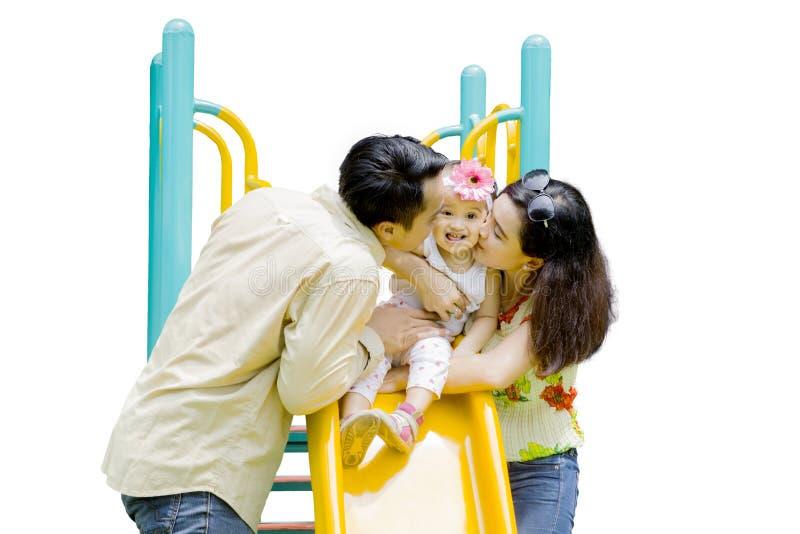Famille heureuse avec une glissière photos libres de droits