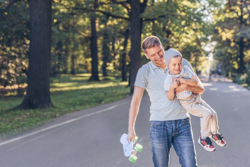 Famille heureuse avec une planche à roulettes photo libre de droits