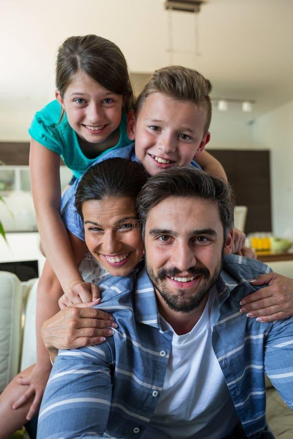Famille heureuse ayant l'amusement dans le salon image stock