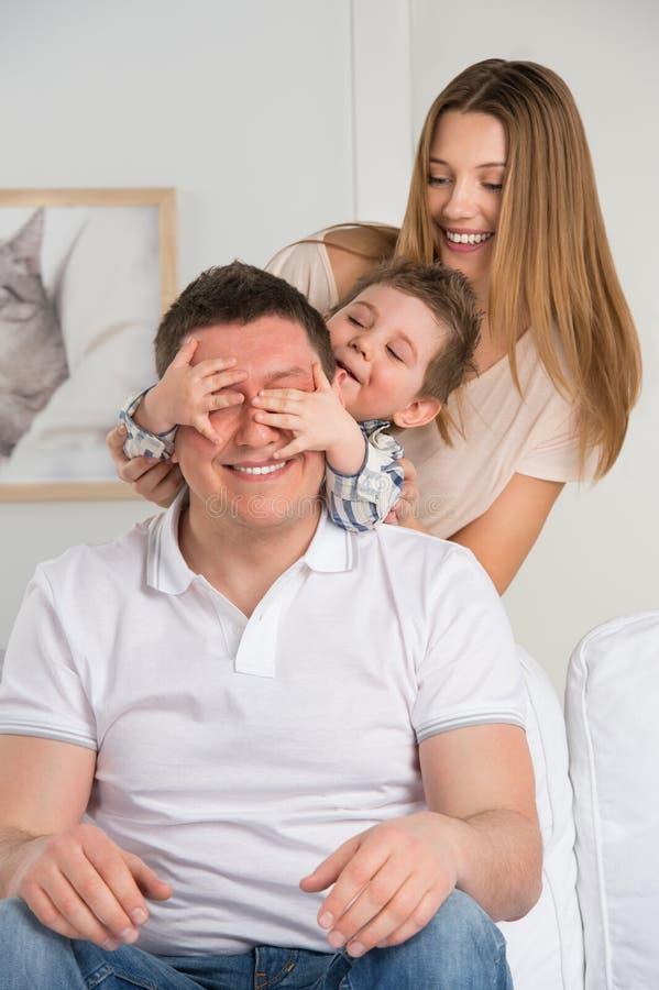 Famille heureuse ayant l'amusement dans le salon photos libres de droits
