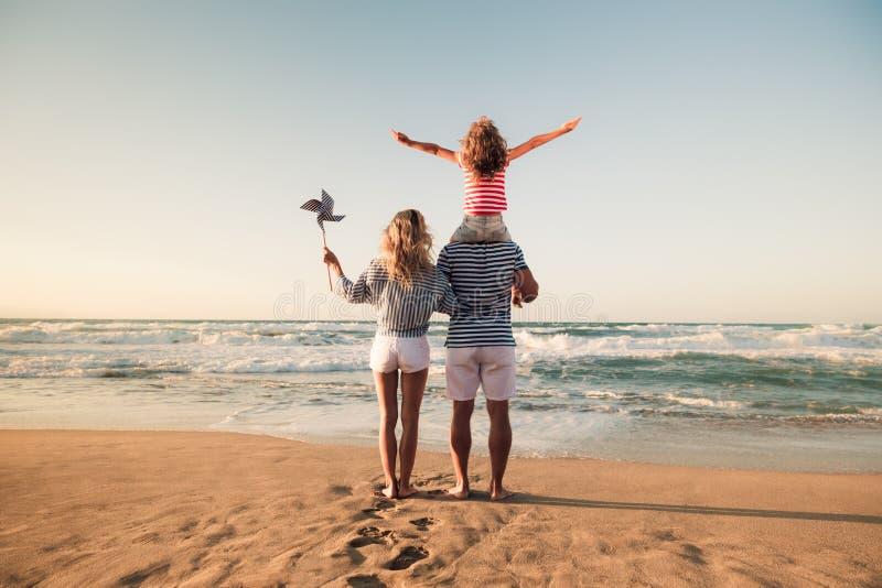 Famille heureuse ayant l'amusement des vacances d'été image stock