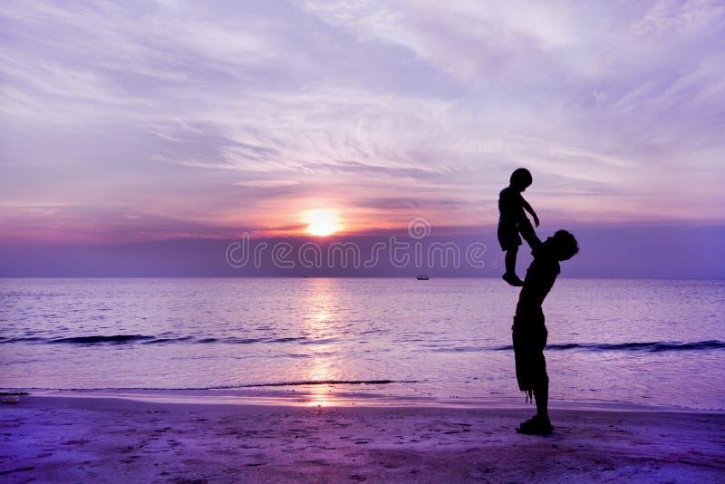 Famille heureuse ayant l'amusement sur la plage image libre de droits