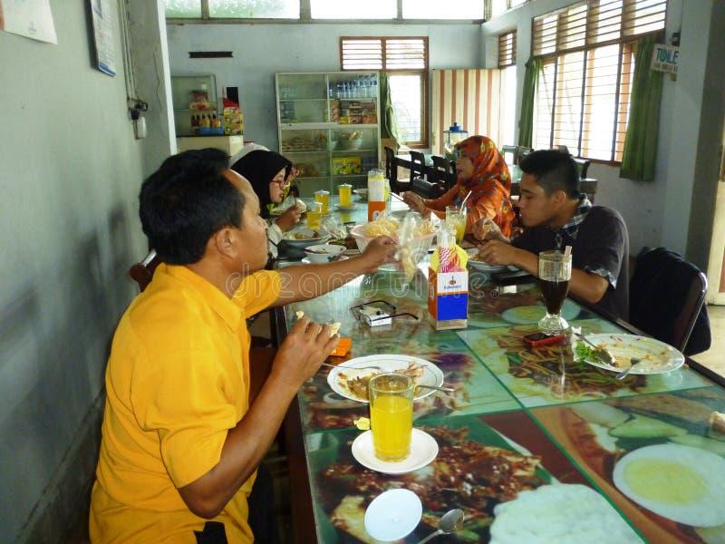 Famille heureuse ayant le poulet rôti photos libres de droits