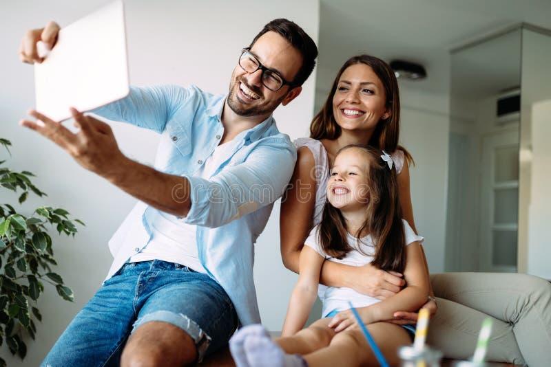 Famille heureuse ayant le temps d'amusement ? la maison photographie stock libre de droits