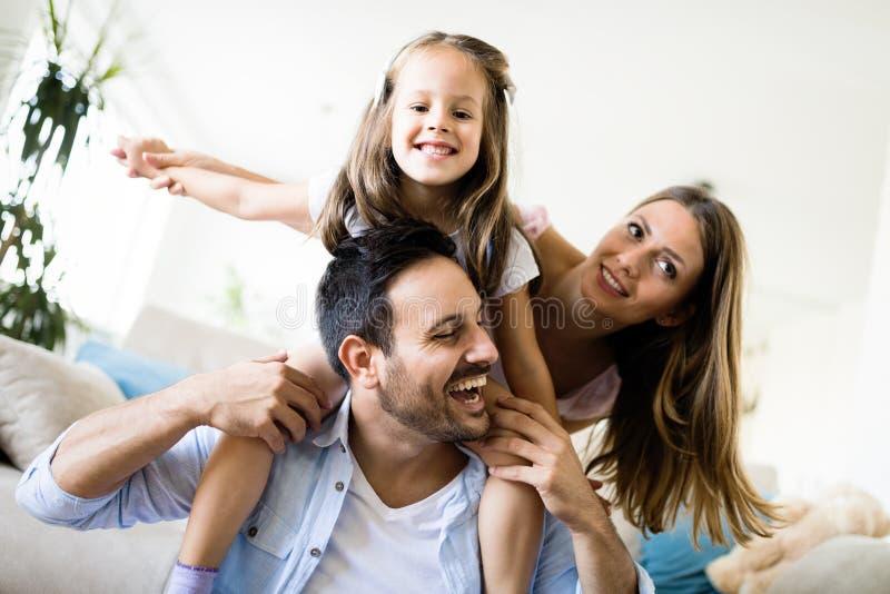 Famille heureuse ayant le temps d'amusement ? la maison photos stock
