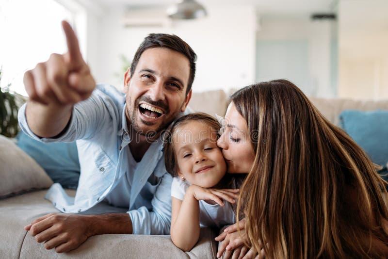Famille heureuse ayant le temps d'amusement ? la maison images libres de droits