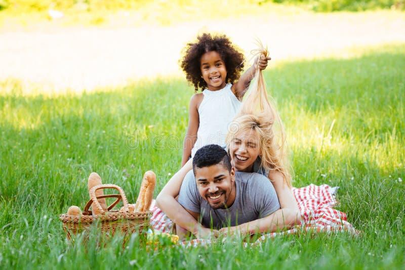 Famille heureuse ayant le temps d'amusement sur le pique-nique photos stock