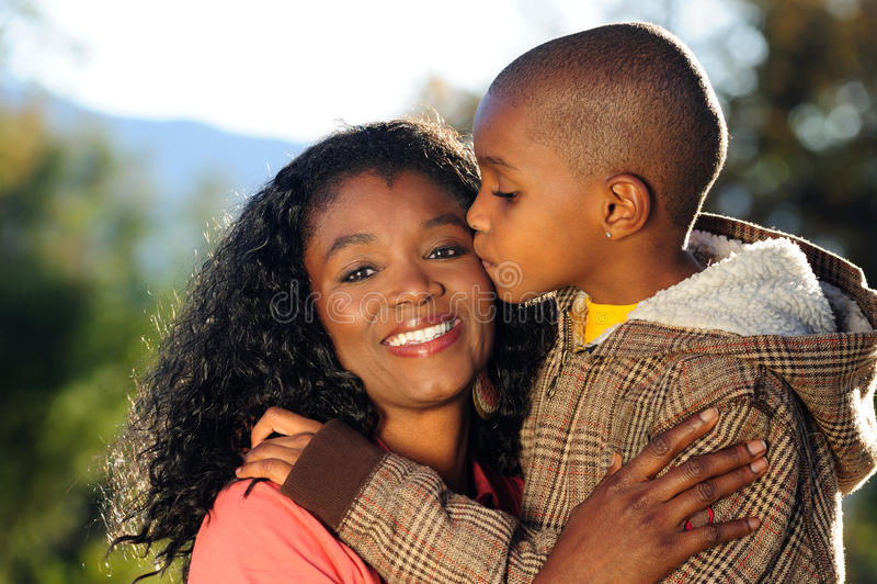 Famille heureuse, baiser image libre de droits