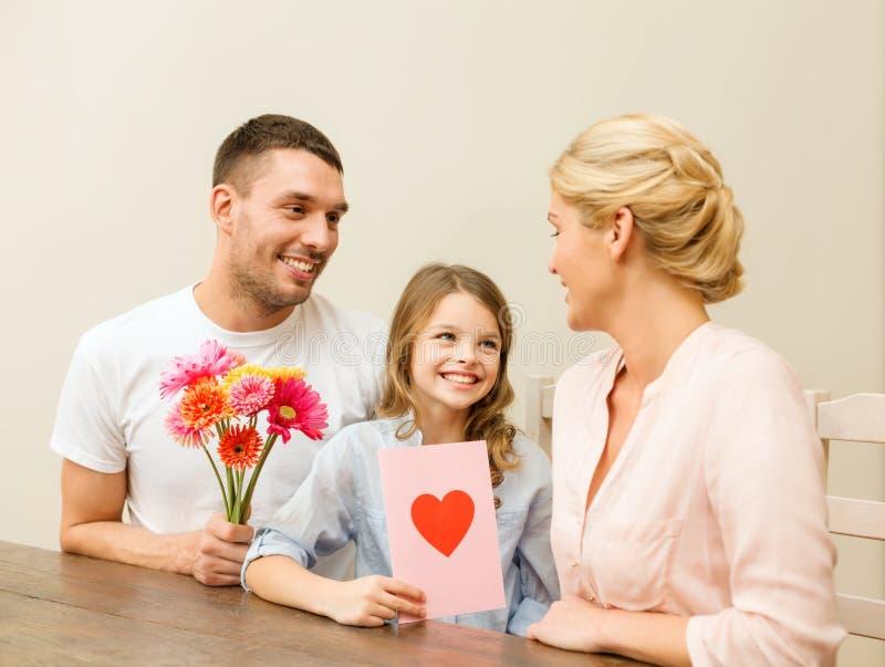 Famille heureuse célébrant le jour de mères photo libre de droits
