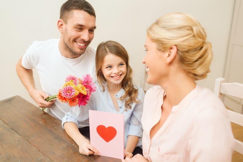 Famille heureuse célébrant le jour de mères image libre de droits