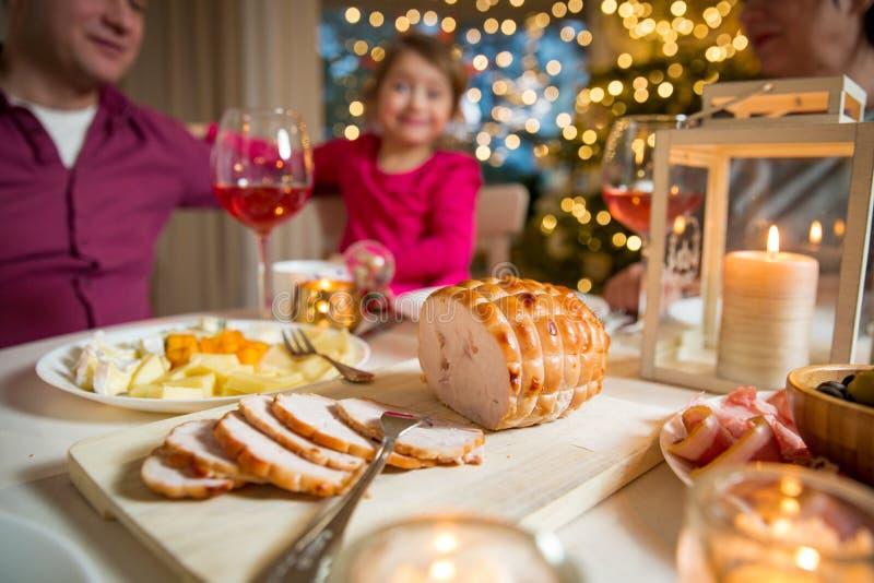 Famille heureuse célébrant Noël photos libres de droits