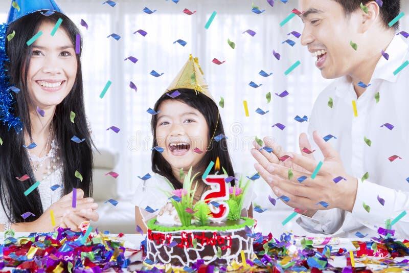 Famille heureuse célébrant un anniversaire à la maison photo libre de droits