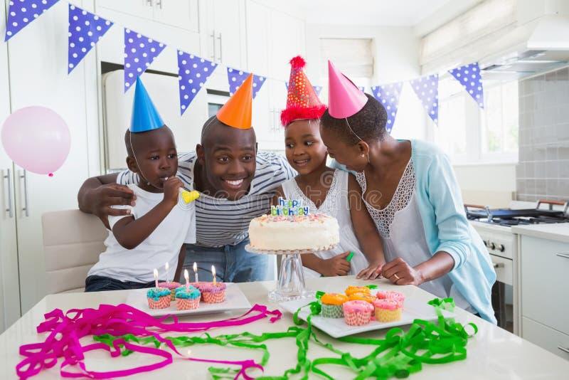 Download Famille Heureuse Célébrant Un Anniversaire Ensemble Photo stock - Image du heureux, gâteau: 56483502